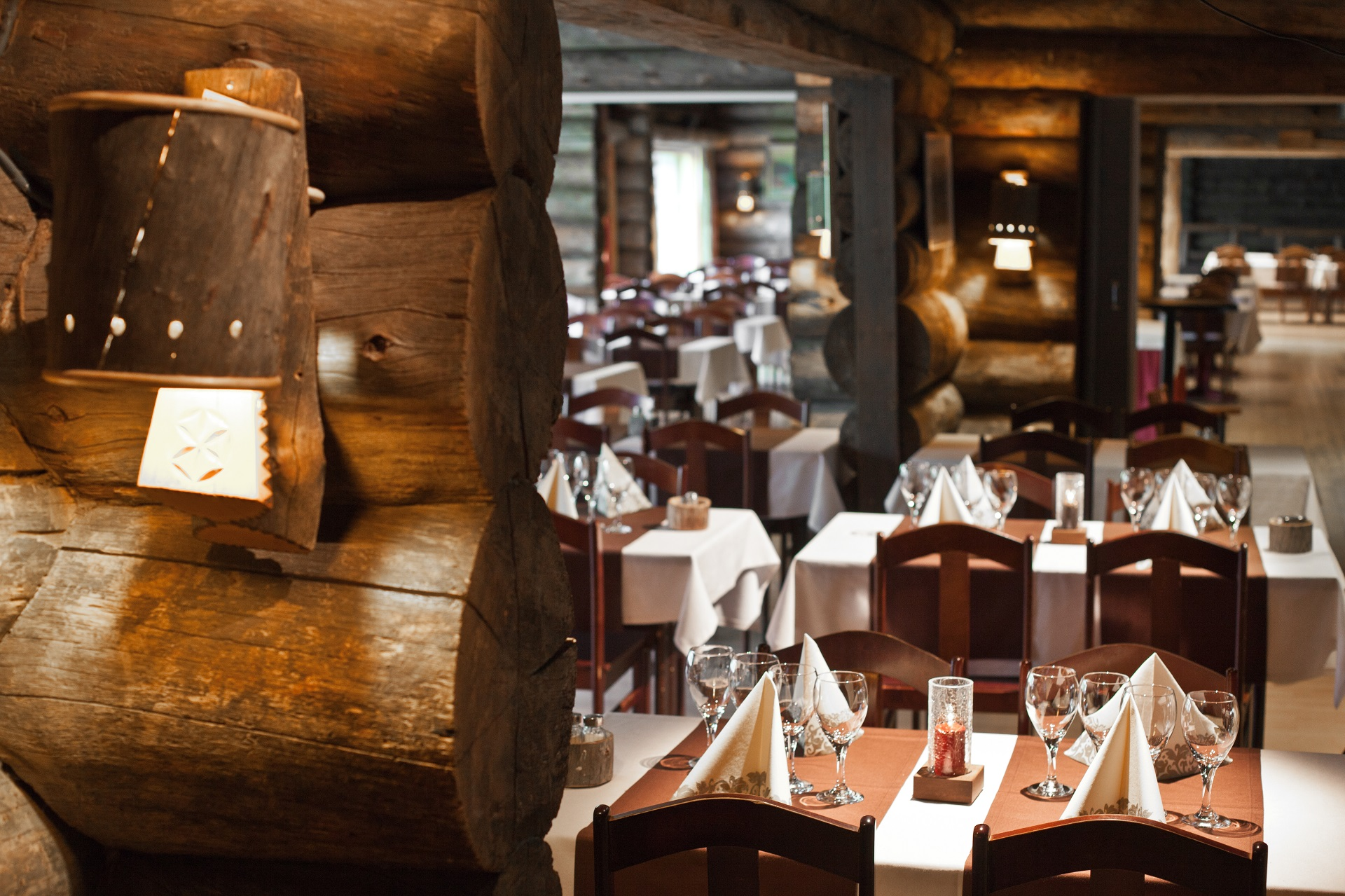 Warme Atmosphäre im Luosto Restaurant