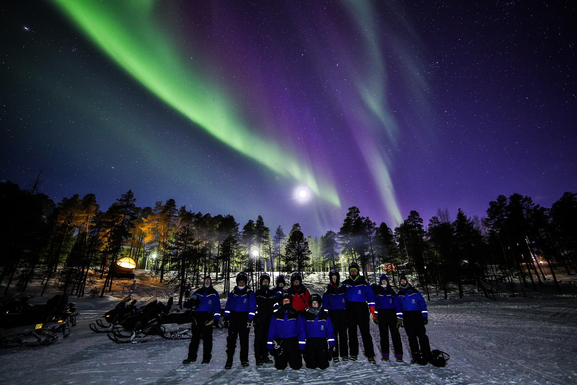 Nordlichtjagt auf dem Schneemobil